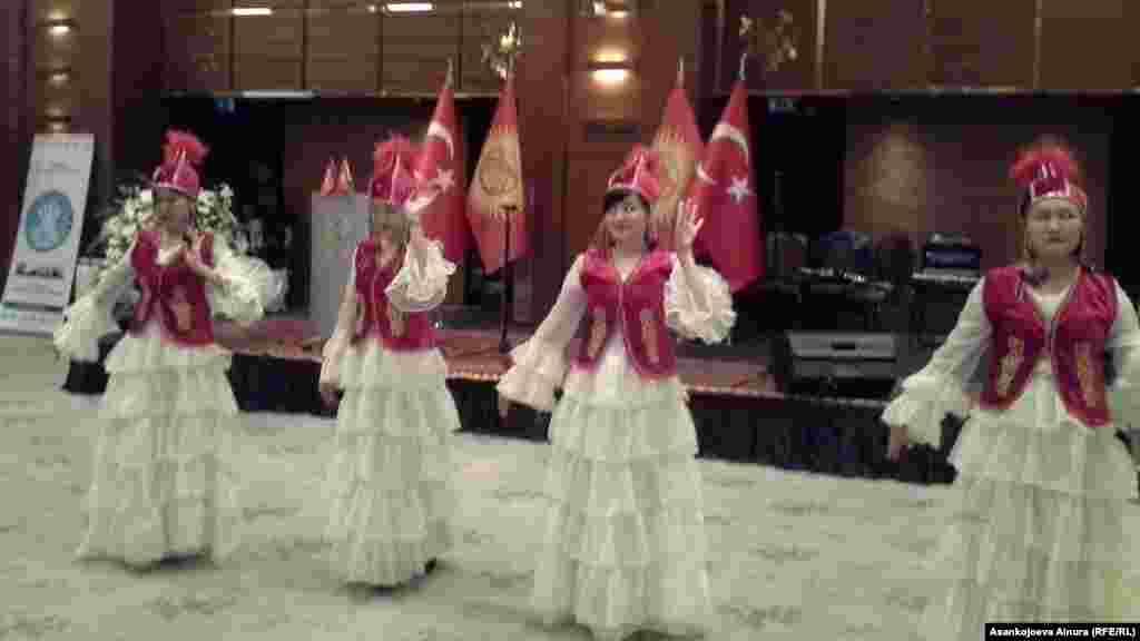 Мааракелик салтанат кыргыз ыр-бийлери менен коштолду.