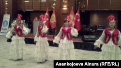 <p>Мааракелик салтанат кыргыз ыр-бийлери менен коштолду.</p> <p>&nbsp;</p>