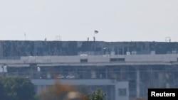 Украинский флаг над аэропортом Донецка. 1 сентября