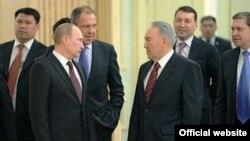 Президент России Владимир Путин (слева на переднем плане) и президент Казахстана Нурсултан Назарбаев. Астана, 7 июня 2012 года.