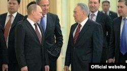 Президенттер Нұрсұлтан Назарбаев (оң жақта) және Владимир Путин Ақордадағы кездесу кезінде. Астана. 7 маусым, 2012 жыл. Сурет Ресей президентінің ресми сайтынан алынды.