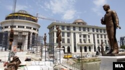 Опозицијата сака да се скратат пари за барокни фасади, барокни мостови, нови споменици.