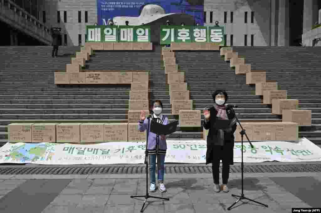 Екологи складають присягу щодо захисту клімату під час 50-ї річниці Дня Землі. Сеул, 22 квітня 2020 року