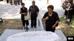 Положени цвеќиња на споменикот на загинатите бранители во 2001, 07 август 2012.