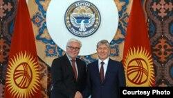 Президент Кыргызстана Алмазбек Атамбаев (справа) и министр иностранных дел Германии Франк-Вальтер Штайнмайер.