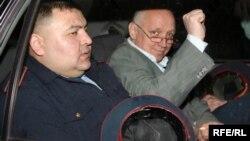 Лидера оппозиционной партии «Алга» Владимира Козлова увозят под административный арест. Алматы, 5 мая 2010 года.