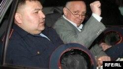 """Тіркелмеген """"Алға"""" партиясының жетекшісі Владимир Козлов полиция көлігінде. Алматы, 5 мамыр 2010 жыл."""