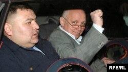 Владимир Козловтың уақытша қамауға алынған сәттерінің бірі. Алматы, 5 мамыр 2010 жыл.