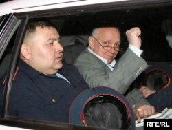 Лидер оппозиционной партии «Алга» Владимир Козлов в полицейской машине после ареста в зале суда. Алматы, 5 мая 2010 года.