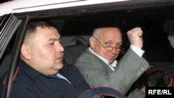 Лидер оппозиционной партии «Алга» Владимир Козлов в полицейской машине. Алматы, 5 мая 2010 года.