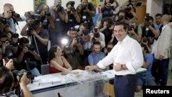Греческий премьер Ципрас на участке для голосования в Афинах 5 июля