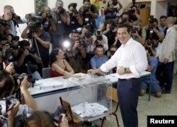 Premierul Alexis Tsipras, votând la referendum