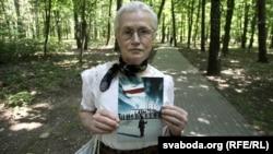 Ніна Багінская паказвае яшчэ адзін папулярны ў Байнэце здымак са сваім удзелам, архіўнае фота