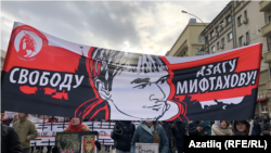 Немцов йөрешендә Азат Мифтахов плакаты
