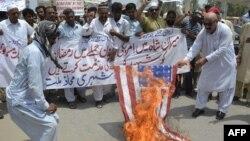 Северен Вазиристан-демонстранти палат американско знаме