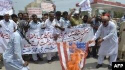 Август аенда Пакстанның Мултан шәһәрендә демонстрациячеләр АКШ әләмен яндыра