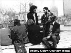 Хамдам Закиров, Шамшад Абдуллаев и другие поэты. Фергана, 1980-е. Фото Андрея Кислова