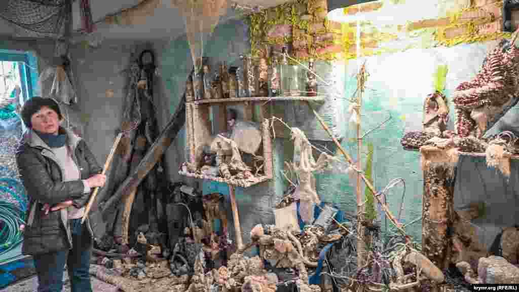 «Більшість експонатів – знахідки приїжджих і кримських дайверів, а також те, що викидають на берег шторми», – пояснює Анна Лопакова, в минулому професійний культпрацівник і режисер