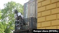 Emilian Galaicu-Paun la Pecs în fața statuii lui Liszt