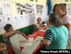 Виборці отримують метрові бюлетені на дільниці у Верхній Вільховій