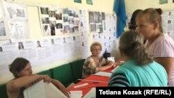 Виборці отримують бюлетені на дільниці у Верхній Вільховій