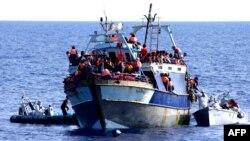 Операция итальянских ВМС по спасению мигрантов в Средиземном море, август 2014 года. Иллюстративное фото.