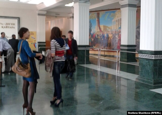 Студенты в холле Казахского гуманитарно-юридического университета. Астана, 12 сентября 2012 года.