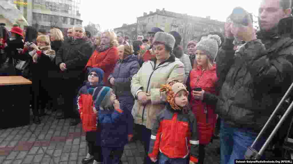 На церемонію складення присяги прийшли родичі полісменів, представники обласної і міської влади, журналісти