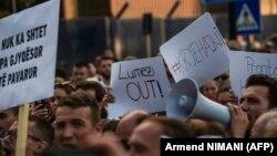 """Protesta në Prishtinë ku është kërkuar shkarkimin i Kryeprokurorit Aleksandër Lumezi pas dorëheqjes së prokurorit Elez Blakaj, i cili ka hetuar rastin e njohur si """"Veteranët"""""""