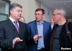 Кандидат в президенты Украины Петр Порошенко, бывший глава МВД Юрий Луценко и Михаил Ходорковский на конференции