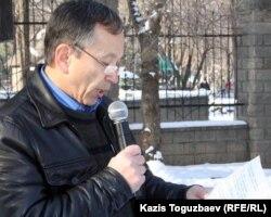 Анатолий Ахметов зачитывает обращение от имени митингующих владельцев праворульных автомобилей. Алматы, 10 декабря 2006 года.