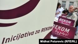 """""""Četiri predsednika dali su političku reč da su spremni da otpočnu proceduru osnivanja REKOM-a"""", kazala je Nataša Kandić. (na fotografiji: prikupljanje potpisa za osnivanje REKOM-a, Sarajevo, fotoarhiv)"""