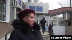 Елена Рожнова, мать Ивана Рожнова, у здания суда в Петропавловске. 18 октября 2012 года.