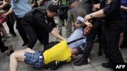 Полиция разнимает православного активиста и активиста гей-движения, сцепившихся у здания Госдумы в Москве. 13 июня 2013 года
