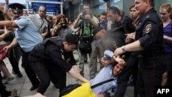 Полиция гей белсенділер мен қарсыластарын арашалап жатыр. Мәскеу, 11 маусым 2013 жыл.