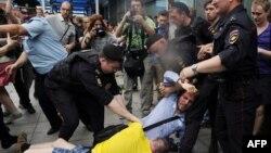 Полиция разнимает гей-активистов и их оппонентов напротив здания Государственной думы. Москва, 11 июня 2013 года.