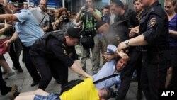 Ресей думасының алдында гейлер құқығын қолдаушылар мен христиан белсенділерінің қақтығысын полиция ажыратып жатыр. Мәскеу, 11 маусым 2013 жыл.