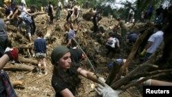 Վրաստան - Կամավորները օգնում են մաքրել ջրհեղեղից տուժած տարածքները, Թբիլիսի, 16-ը հունիսի, 2015թ.