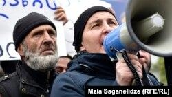 Мадина и Малхаз Мачаликашвили на акции протеста перед зданием парламента в Тбилиси