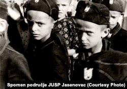 Дети в концлагере Градишка в усташской форме. Фото 1942 года