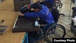 «Ғибадат» компаниясында сандықтың есігін жасап отырған мүмкіндігі шектеулі жұмысшы. Орал, 9 қыркүйек 2014 жыл.