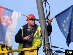 Radnik postavlja zastave Srbije i EU na ulicama Beograda, 2. mart 2012.