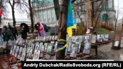 У Києві, біля хреста Героям Небесної сотні поклали квіти з нагоди другої річниці початку Євромайдану, 21 листопада 2015 року