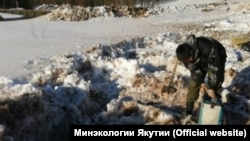 На месте разлива нефтепродуктов на реке Бачинга в Якутии