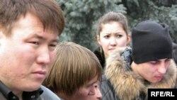 ГУЛАГ-тың жабылғанына 50 жыл толуына орай өткізілген өлең оқу шарасына лкеген студент жастар. Алматы, 25 қаңтар 2010 жыл.