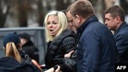 Полиция Денис Вороненковтың жұбайы Мария Максакованы оқиға орнынан әкетіп барады. Киев, 23 наурыз 2017 жыл.