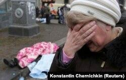 Көшеден мәйіт көрген әйел жылап тұр. Киев, 20 ақпан 2014 жыл.