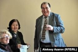 Писатель и книгоиздатель из Москвы Георгий Пряхин на встрече с литераторами в Союзе писателей Казахстана. Алматы, 29 апреля 2013 года.