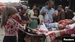 Торговцы овощами на рынке в Синьзцян-Уйгурском автономном районе Китая. Иллюстративное фото.