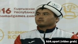 Экинчи Дүйнөлүк Көчмөндөр оюндарында алыш бел боо күрөшүнүн классикалык түрүнөн чемпион болгон кыргызстандык Нурбек Аканов.